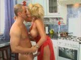 Belle blonde baise dans la cuisine